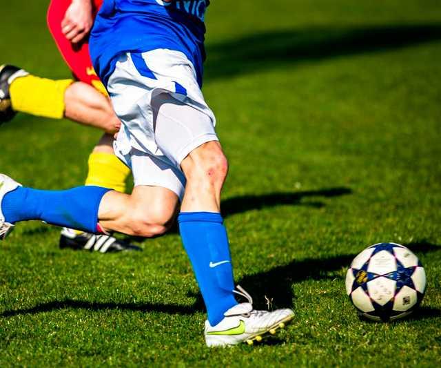 football_duel_rush_ball_sport_footballers_fielder_kicker-807119.jpg