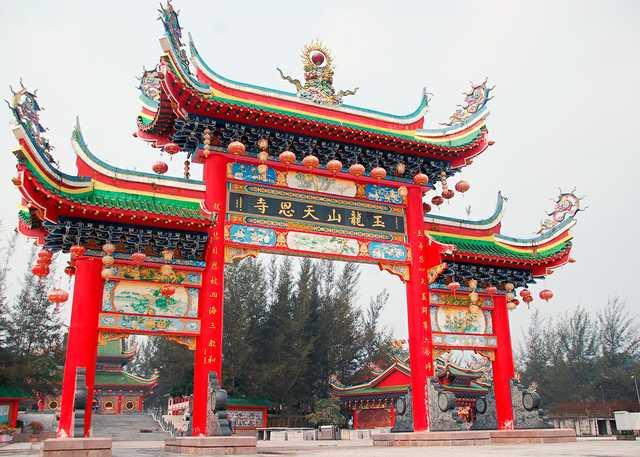Chinese_gate_in_Jade_Dragon_Temple.jpg