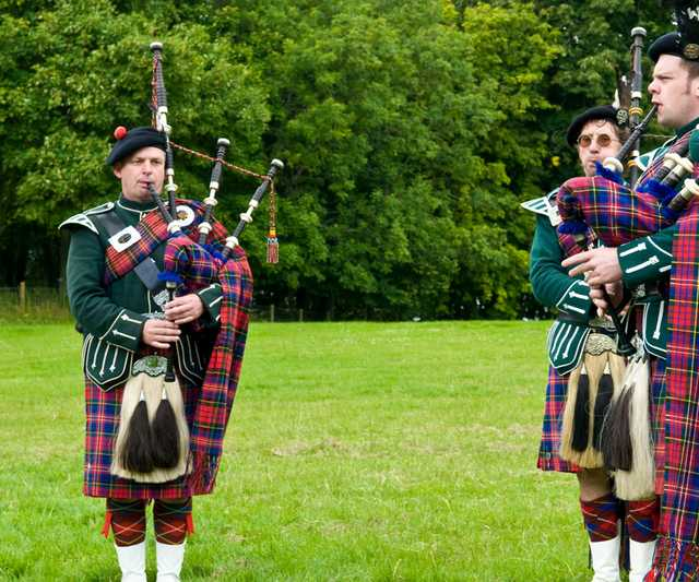 Scottish_bagpipers_(2698689563).jpg