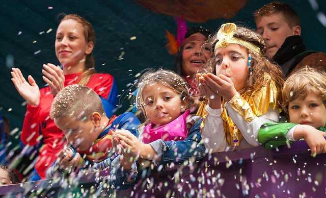 Childern_carnival_parade,_kids_on_a_float_2015.jpg