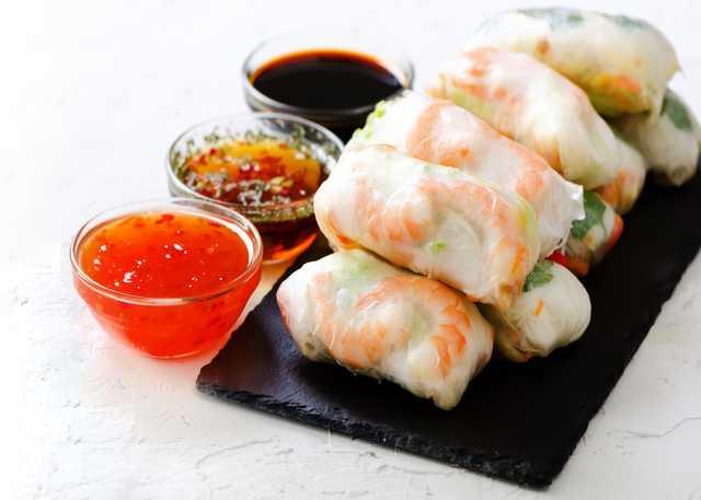 vietnamese-spring-rolls-rice-paper-lettuce-salad-v-UXG56WW.jpg