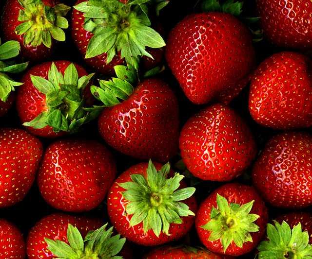 Strawberries_with_hulls_-_scan1.jpg