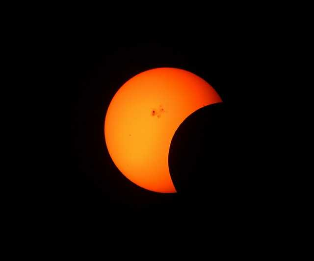 partial_solar_eclipse_telescope_inverted_cosmos_sun_astronomy_phenomenon_space-830620.jpg