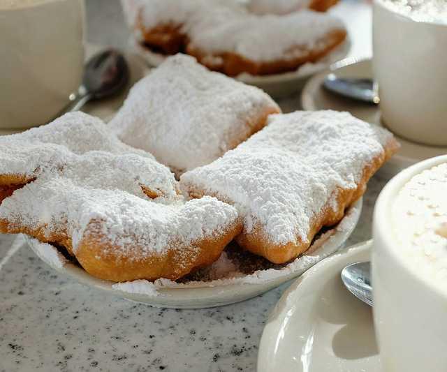 1280px-Beignets_and_Café_au_Lait_at_Café_du_Monde,_New_Orleans.jpg
