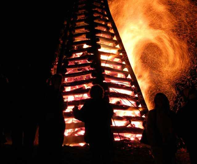 Bonfire_on_Mississippi_River_levee_St._James_Parish_Louisiana.jpg
